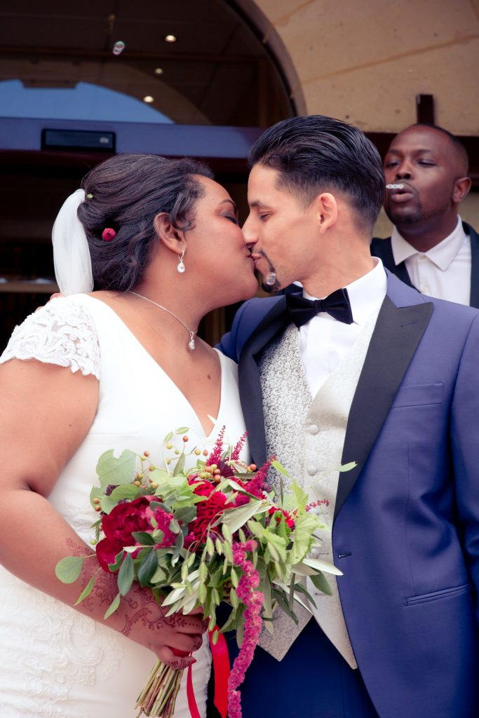 La cérémonie civile de mon mariage : la sortie des mariés // Photo : Delphine Persyn - Nature Films Photography