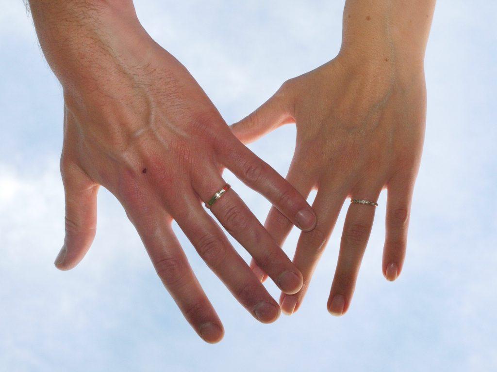 Choisir des alliances en bois pour le mariage