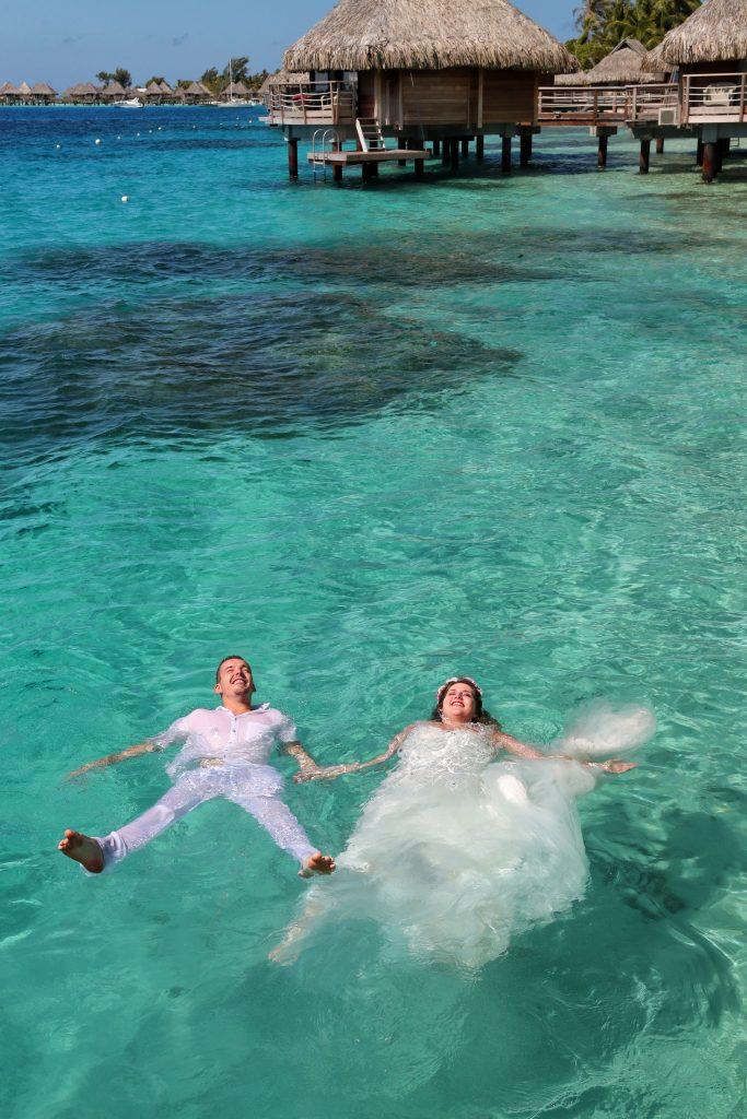 Notre séance photo trash-the-dress lors de notre voyage de noces à Bora-Bora ! // Photo : Edouard Ott