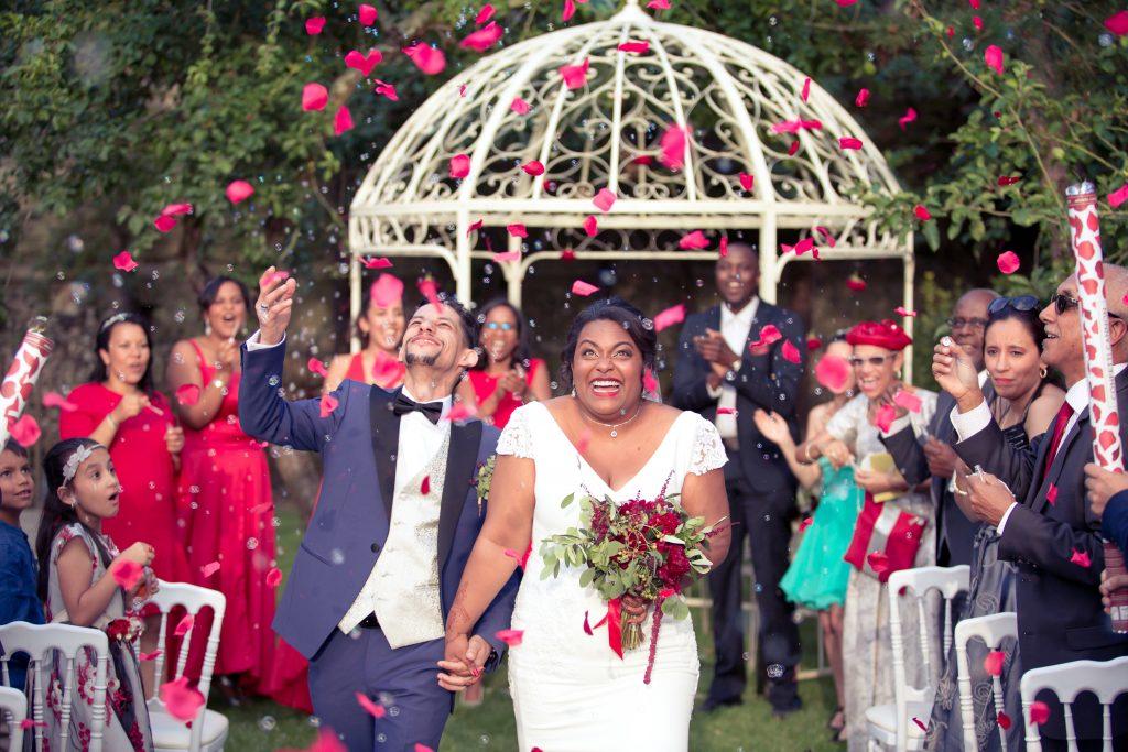 La sortie sous les bulles, pétales et confetti suite à notre cérémonie laïque // Photo : Delphine Persyn - Nature Films Photography