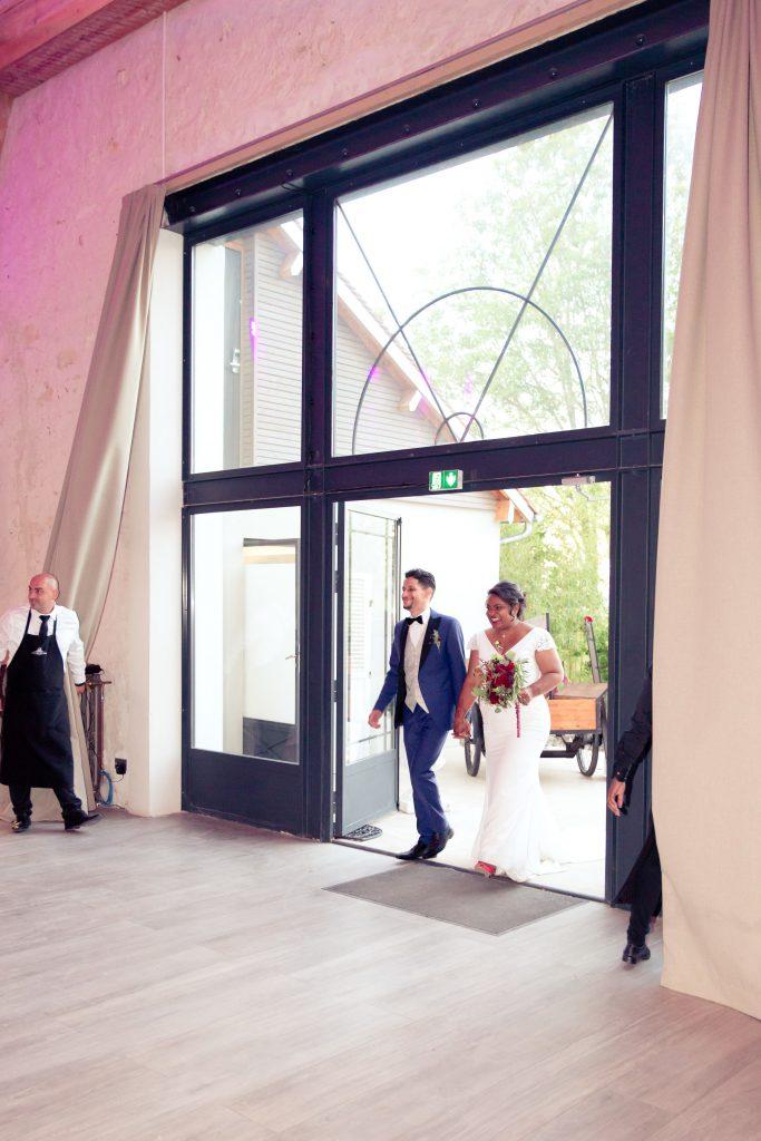 Entrée des mariés dans la salle // Photo : Delphine Persyn - Nature Films Photography