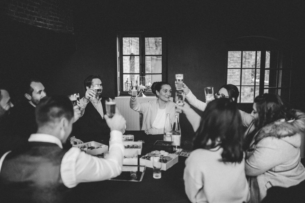 Déjeuner convivial entre amis le jour du mariage // Photo : La Cabine de Margaux