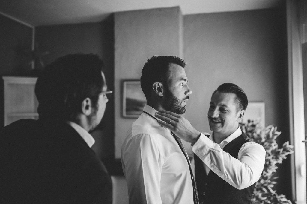 Préparatifs du marié pour la cérémonie civile // Photo : La Cabine de Margaux
