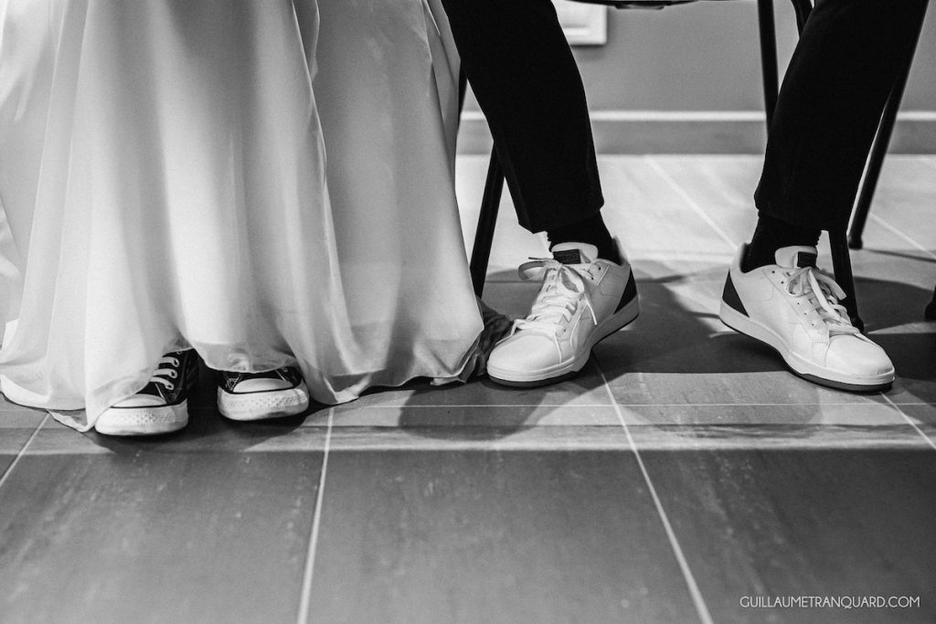 Les chaussures des mariés en baskets