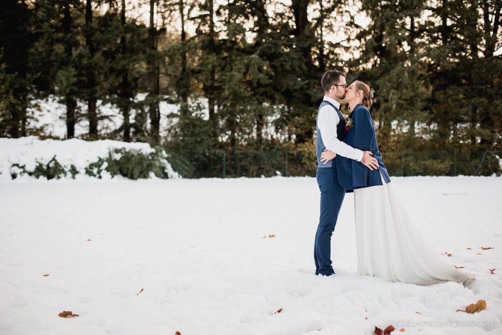 Couple de mariés dans la neige