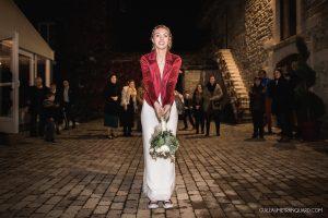La mariée s'apprête à lancer le bouquet