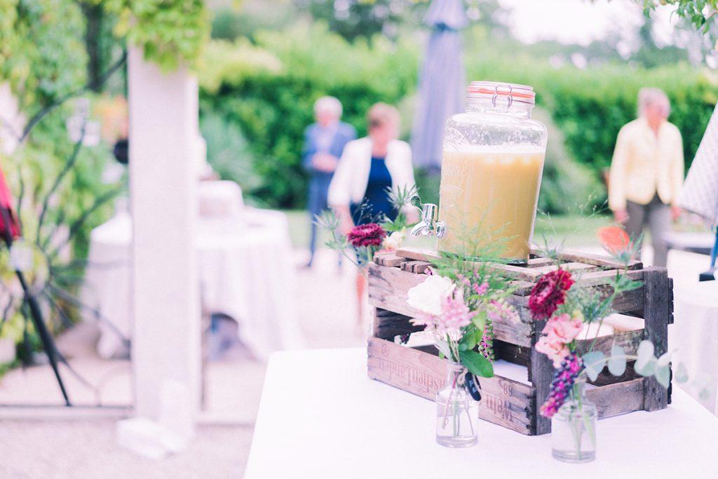 Cocktail et cérémonie en extérieur... avec le mistral du sud ! // Photo : YM Photography
