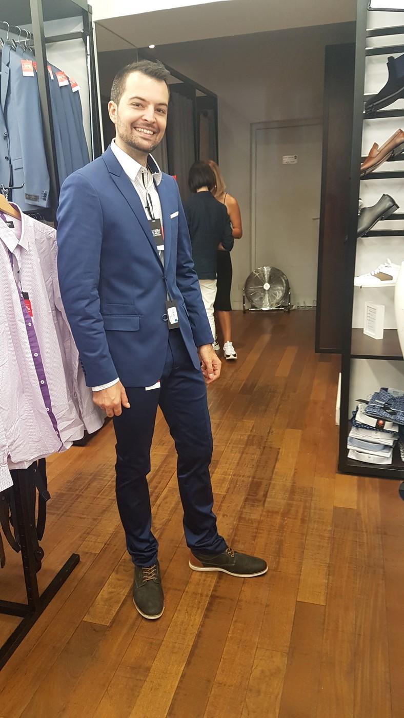 Essayage de costume de marié bleu