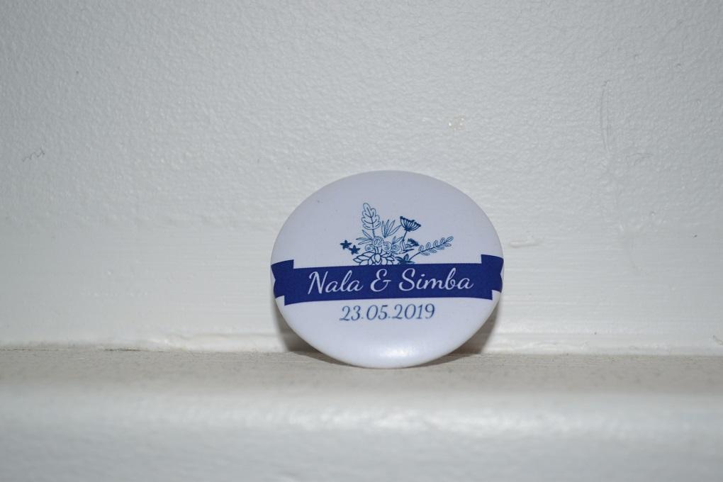 Mon mariage civil en bleu et blanc : nos badges