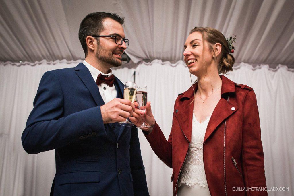 Les mariés trinquent au vin d'honneur
