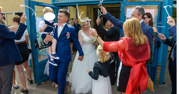 Mon mariage simple et convivial en couleurs pastels : la sortie de la mairie