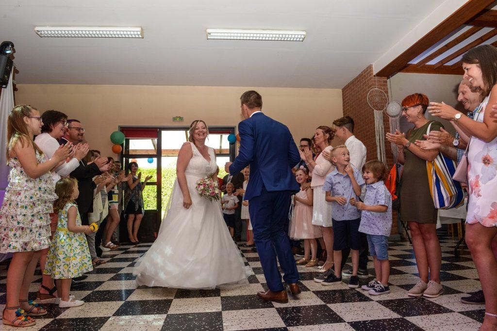 Notre entrée, simple et joyeuse, dans la salle du mariage