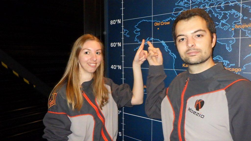 Couple devant une carte du monde pour la lune de miel