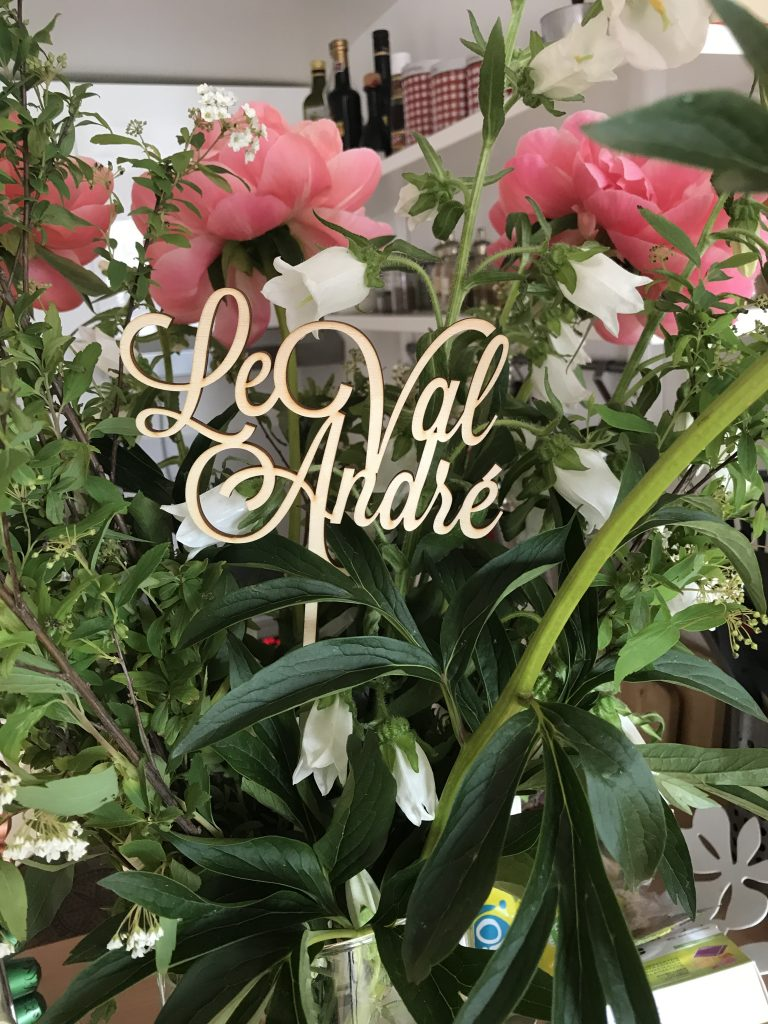 Une décoration tropique - chic pour mon mariage : noms des tables