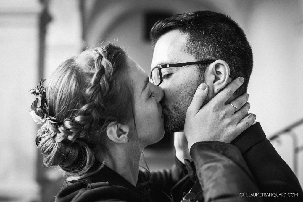 Les maris s'embrassent