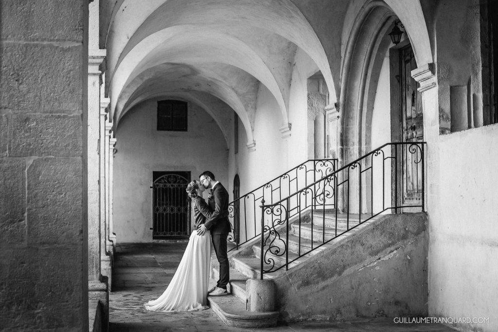 Couple de mariés dans un cloître