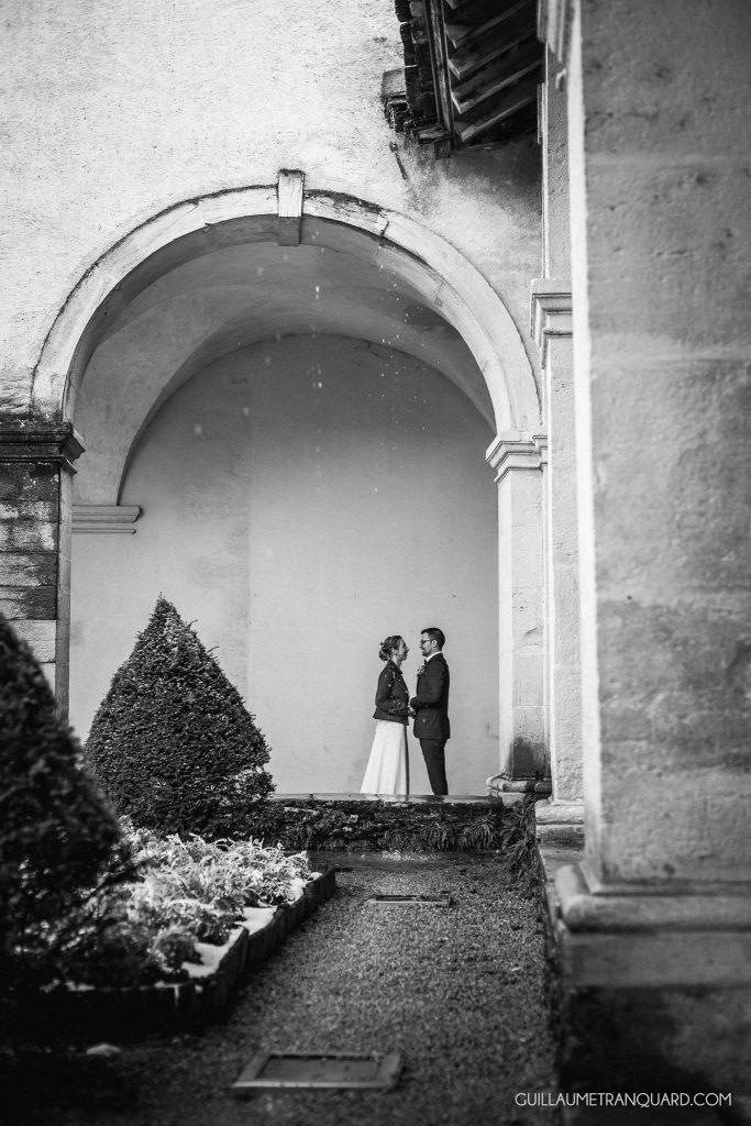 Couple de mariés qui se découvre