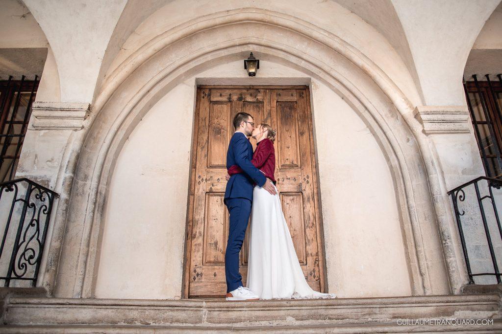 Photo de couple de mariés dans un cloître