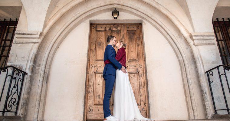 Mon mariage enneigé en bordeaux et doré : les mariés se préparent et se découvrent – Des émotions à gogo