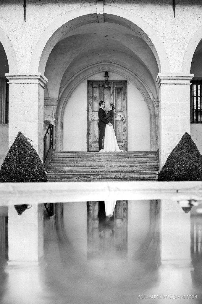 Reflet des mariés dans la fontaine