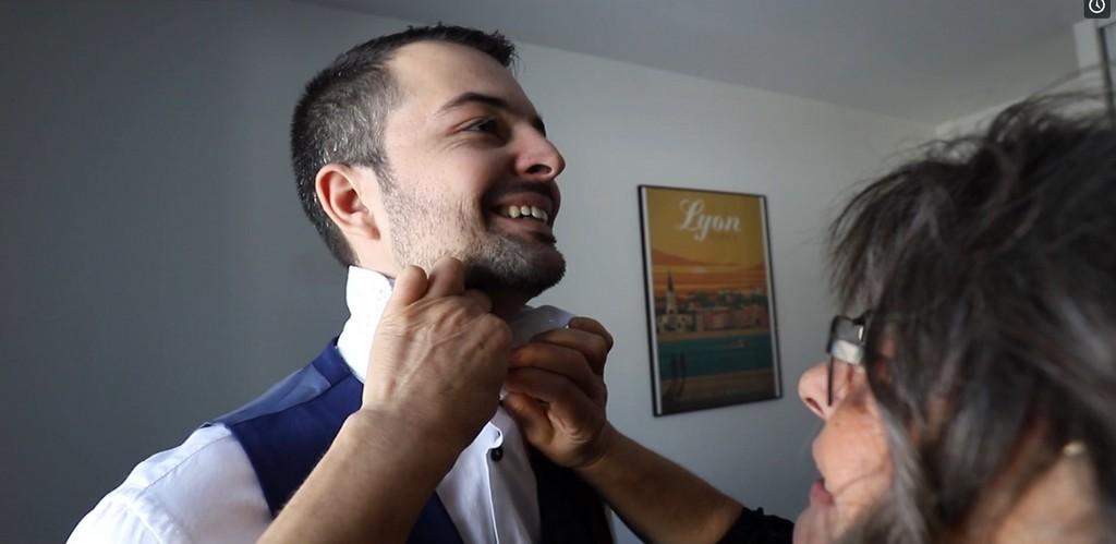 Le marié revêt son costume