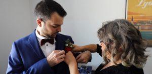 Le marié met sa boutonnière