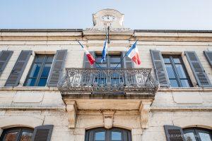 Drapeaux flottant devant la mairie