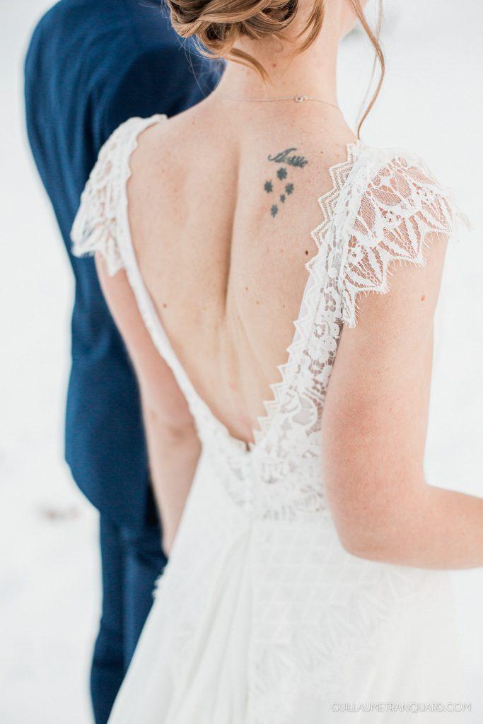 Les mariés marchent dans la neige