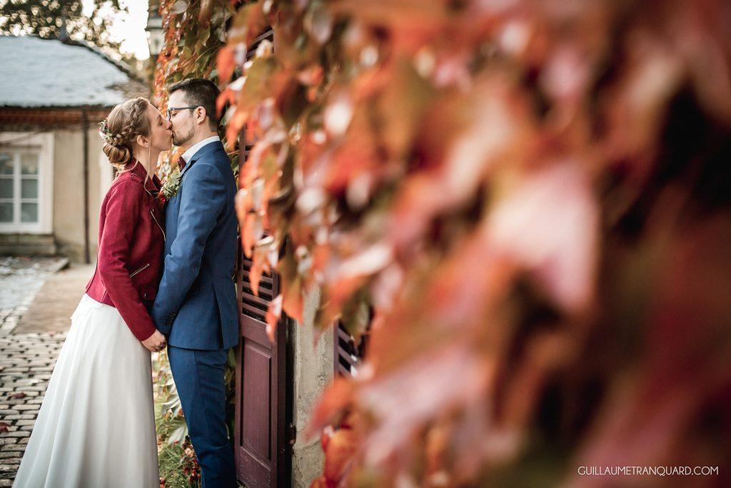 Mariés devant les feuilles d'automne