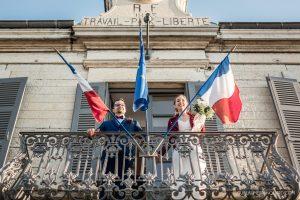 Les mariés au balcon de la mairie