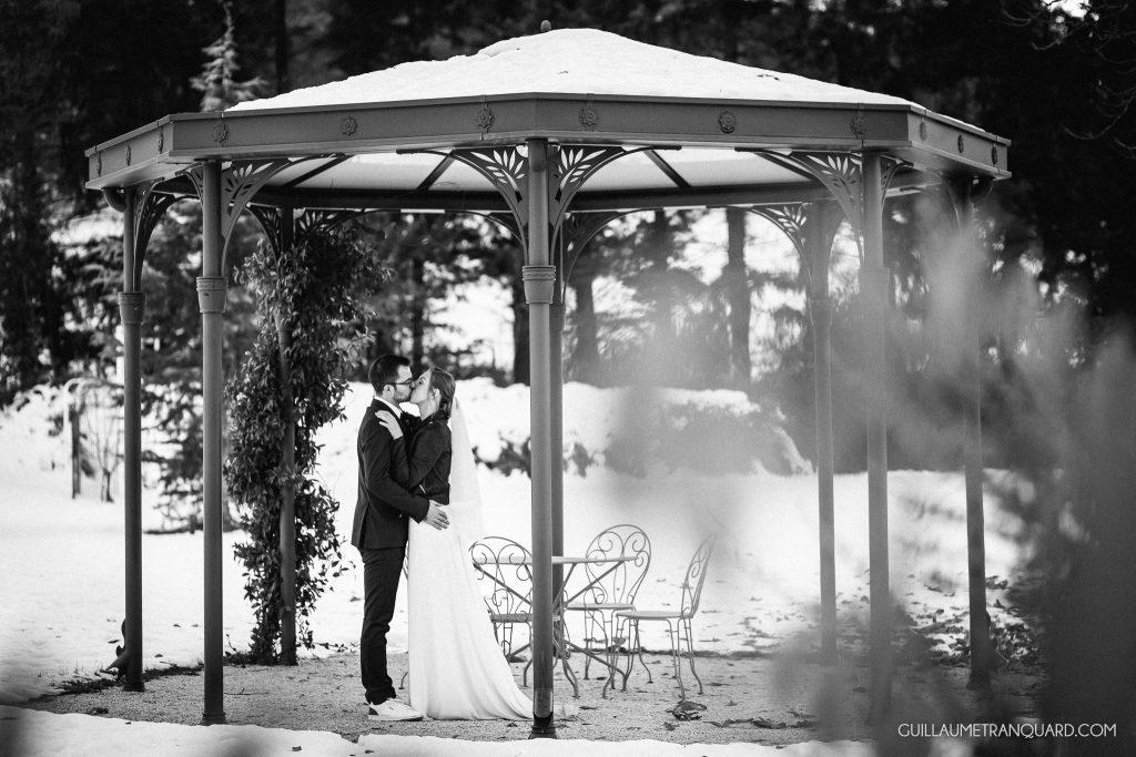 Mariés d'hiver sous le kiosque