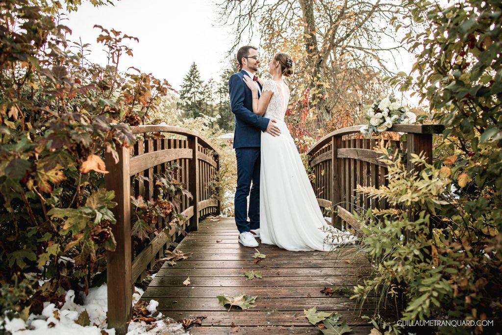 Mariés d'hiver sur un pont en bois