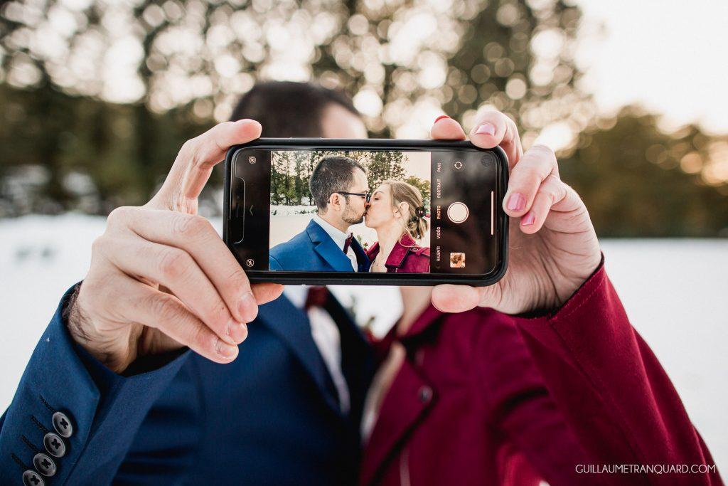 Les mariés font un selfie