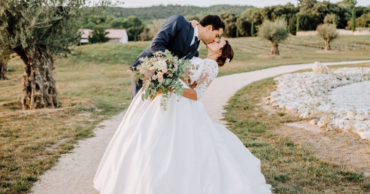 Mon mariage provençal, doré et tropical : notre séance photo au bord du lac et lancer de bouquet