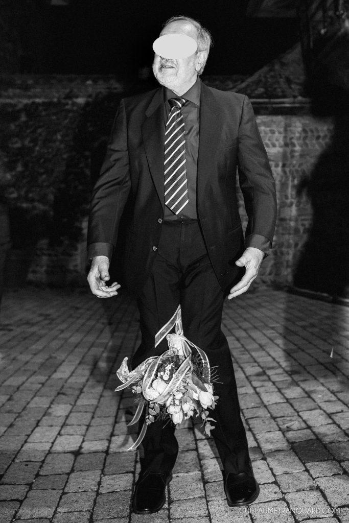 Bouquet de la mariée attrapé entre les jambes