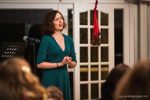 Chanteuse lyrique pendant la cérémonie laïque