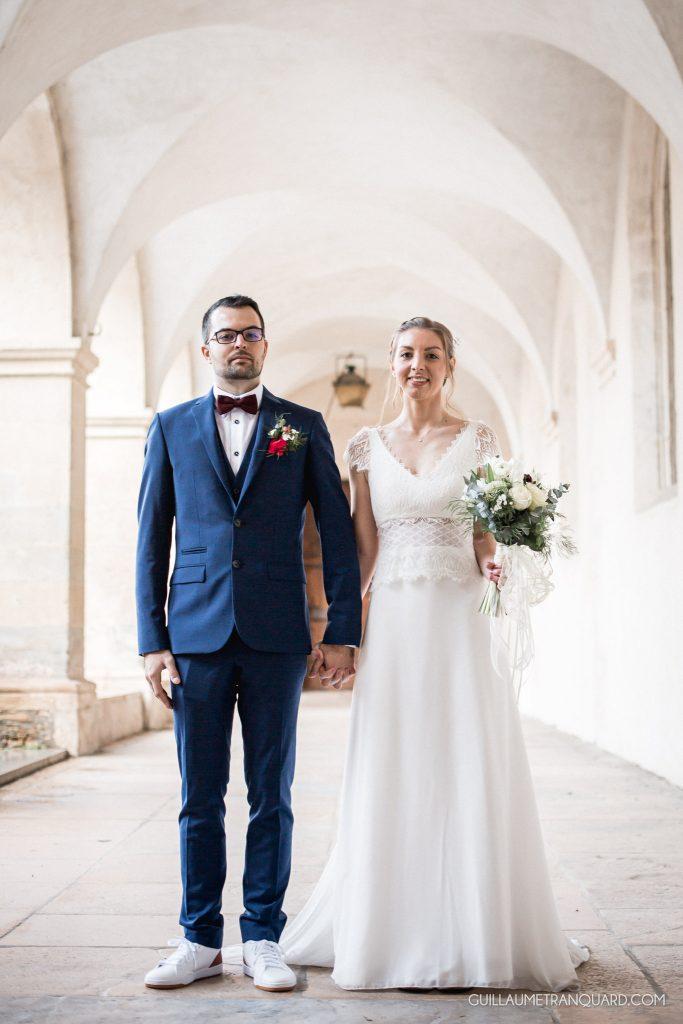 Couple de mariés dans la cloître