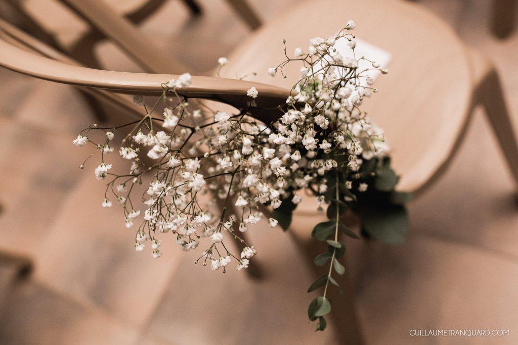 Fleur de gipsophile sur la chaise de cérémonie