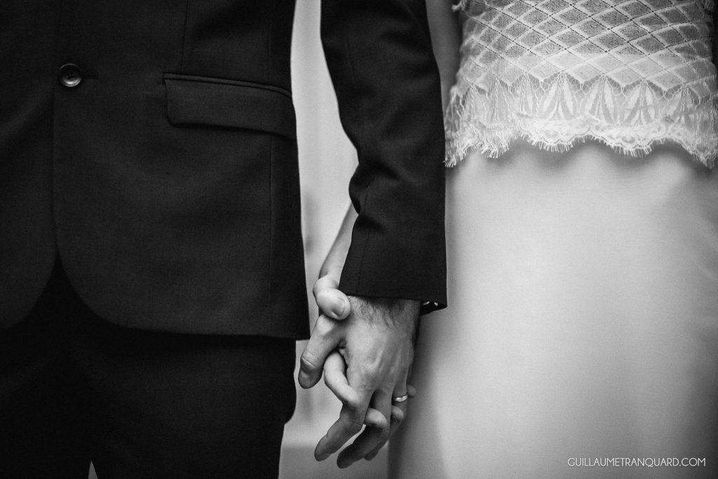 Mains des mariés entrecroisées