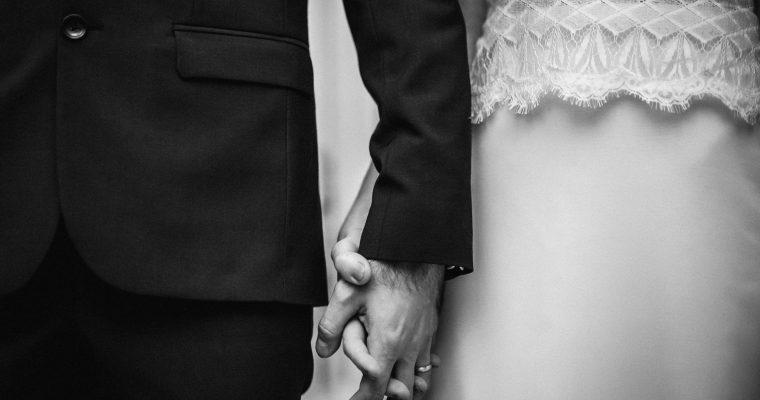 Mon mariage enneigé en bordeaux et doré : la cérémonie laïque – Des larmes, du rire, de la musique
