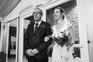 La mariée entre aux bras de son papa