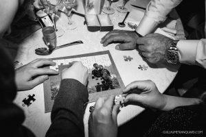 Les invités font un puzzle au repas de mariage