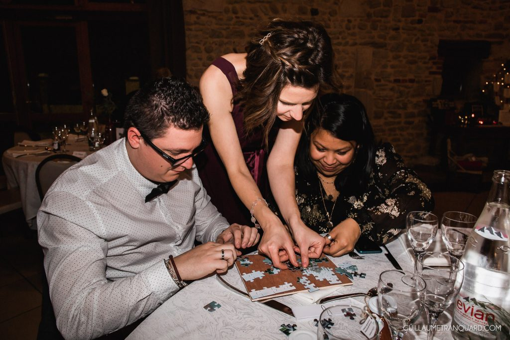 Les invités font un puzzle