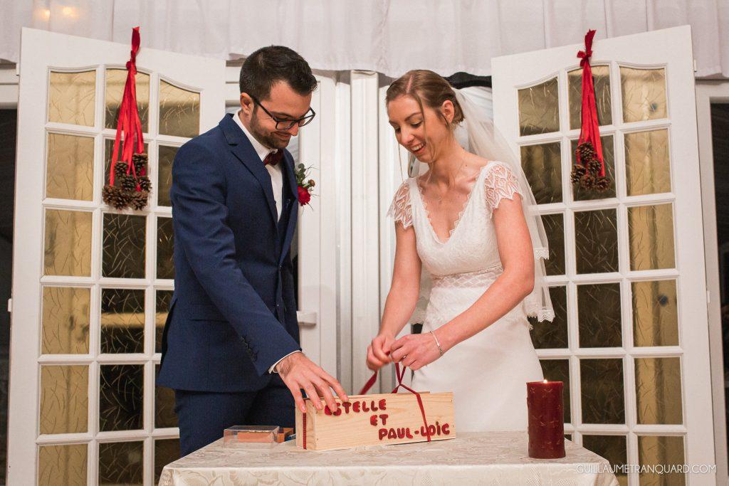 Les mariés scellent la boîte de vin