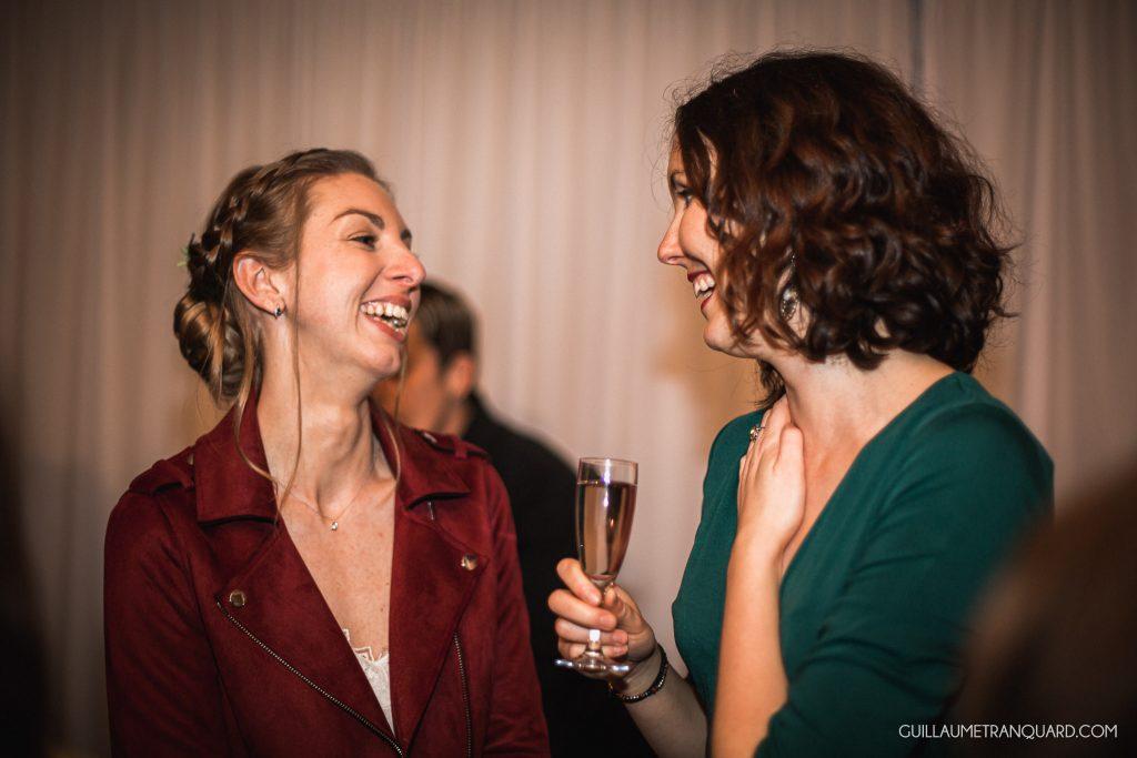 La mariée rit avec son amie